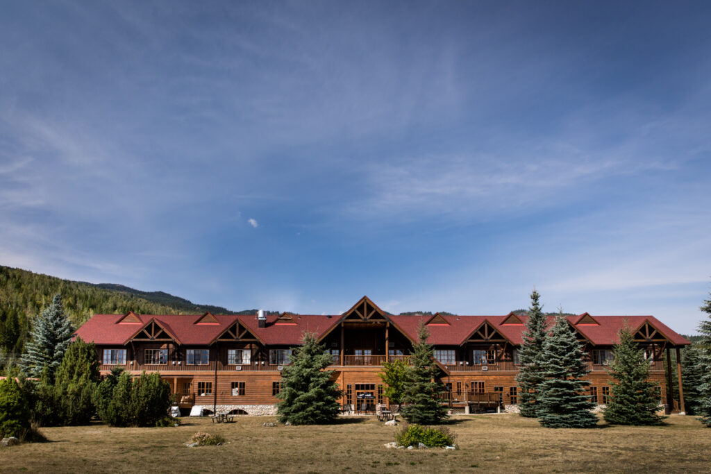 hotel-lodge-in-mountains
