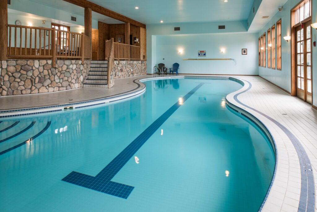 indoor-family-pool-in-revelstoke-chalet