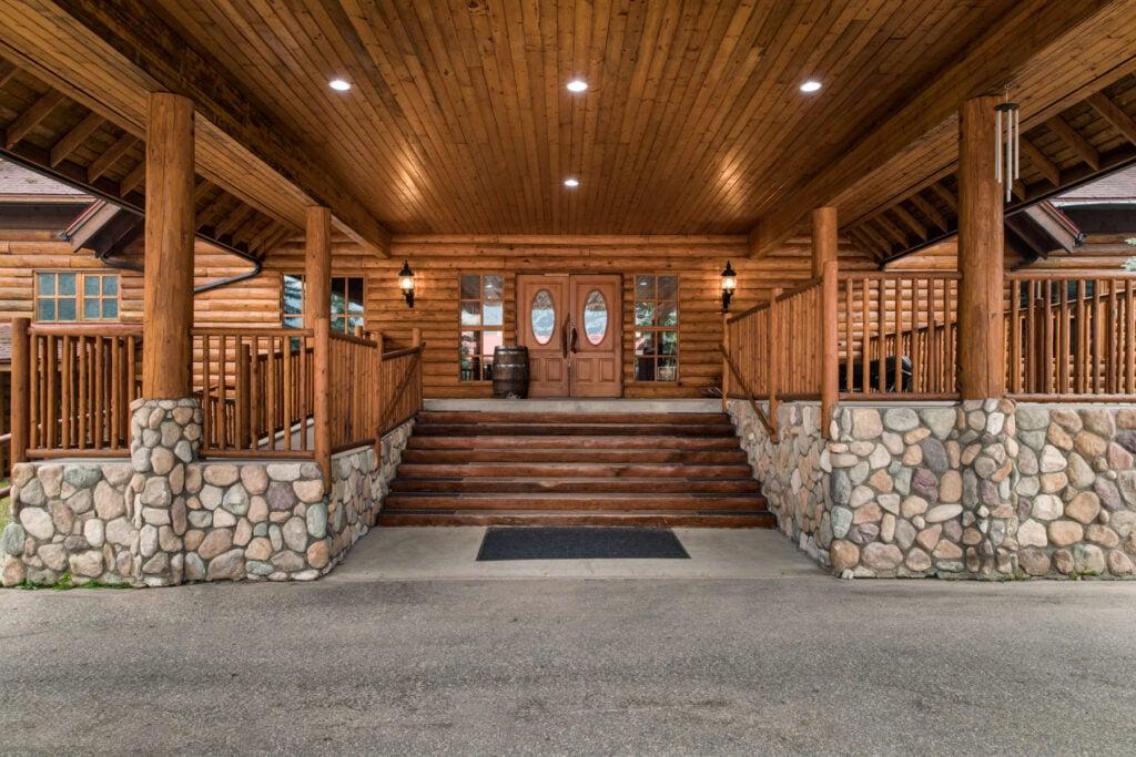 revelstoke-timberframe-resort-entrance